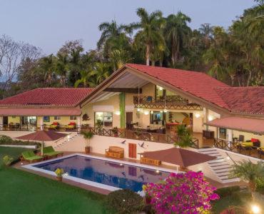 Villa Pelicano house, pool, and garden